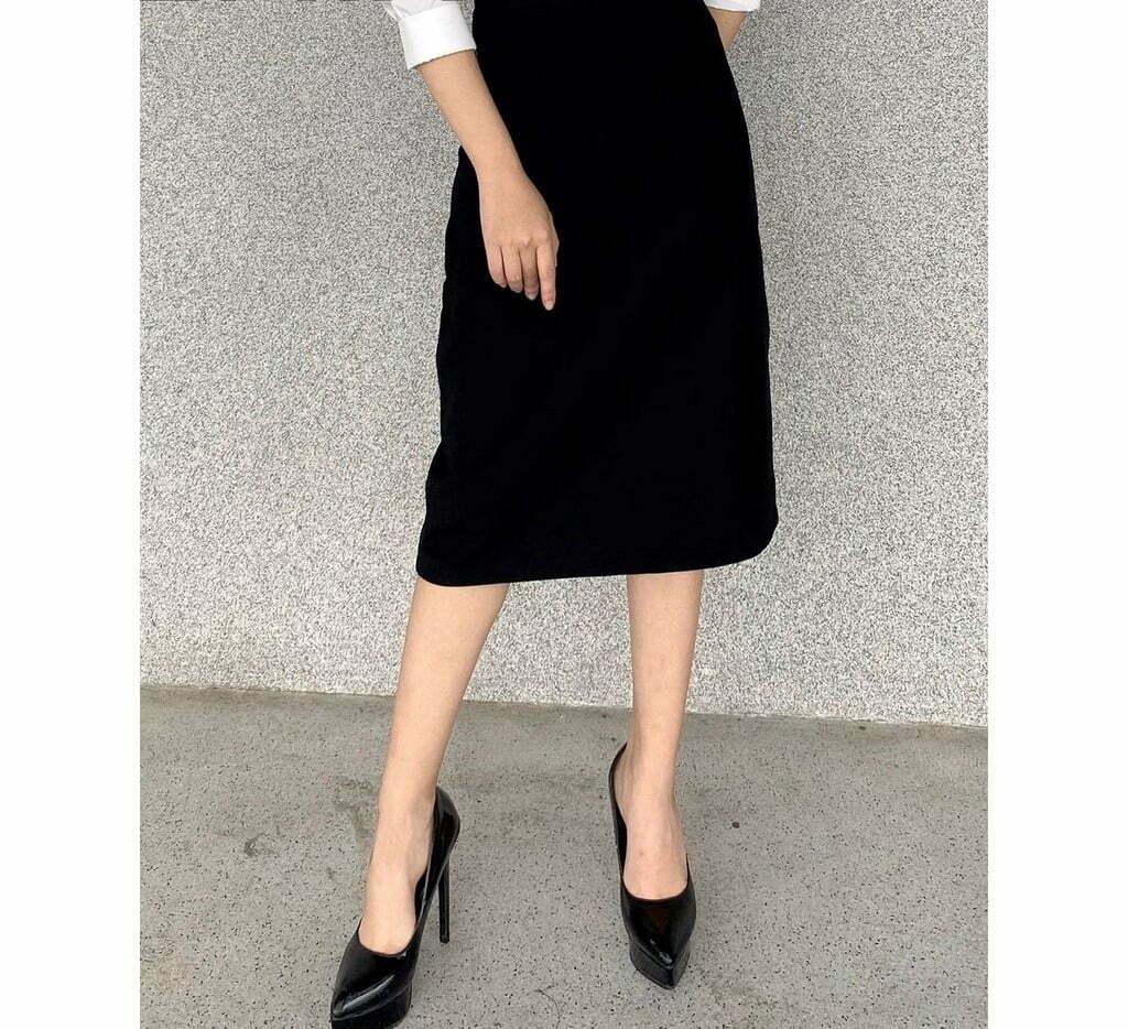 Chân váy chữ A với phần váy có độ xòe vừa phải là item hack dáng siêu đỉnh cho những nàng công sở.