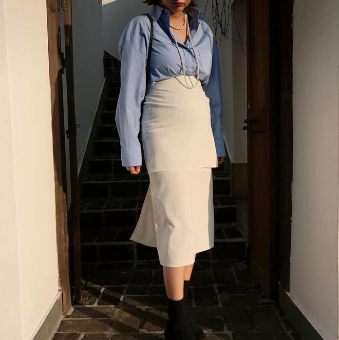Công thức lên đồ khá đơn giản sơ mi mix với chân váy, với chân váy unnie cũng lựa chọn loại có dây thắt vừa có thể nới ra hoặc kéo chặt để tạo sự thoải mái.