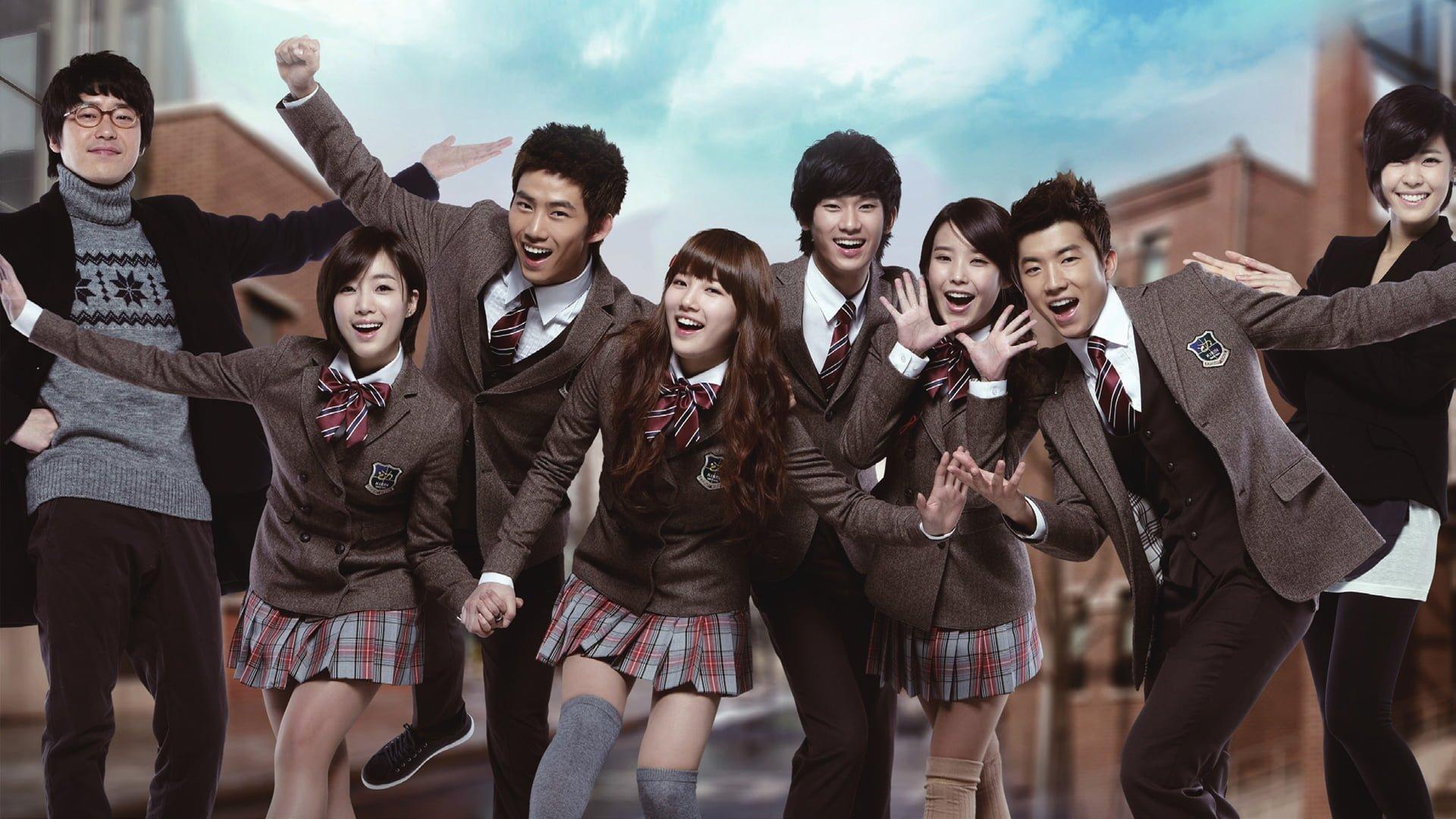 Hầu như tất cả các trường học ở Hàn Quốc đều quy định học sinh mặc đồng phục, chỉ trừ một số ít trường hợp ngoại lệ là các trường tư thục. Vậy nên, phim Hàn cũng không thể thiếu các mẫu đồng phục học đường siêu đẹp như thế này