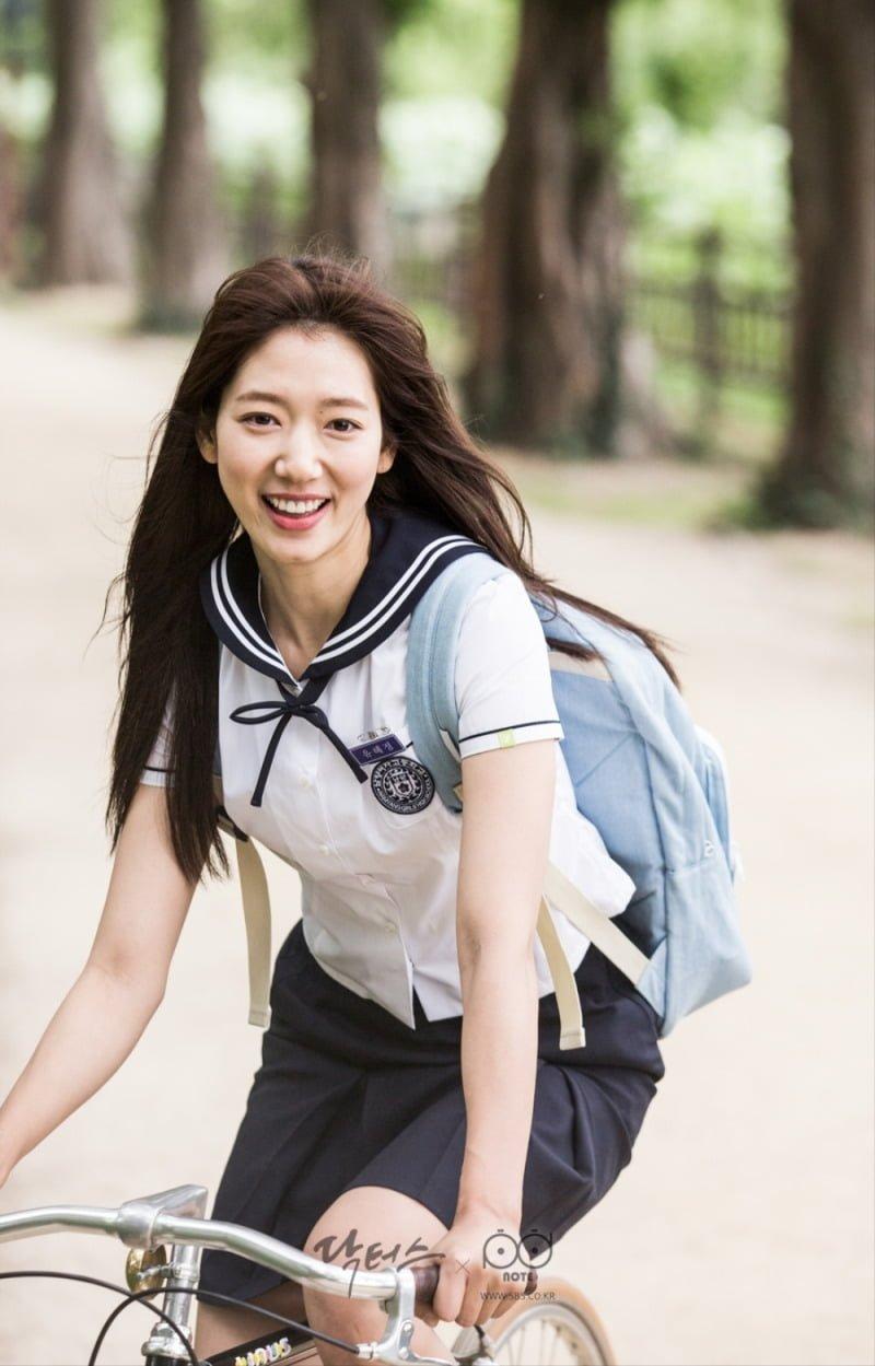 Mẫu trang phục đến trường của xứ sở Kim Chi luôn khiến người xem cảm thấy thích thú, tươi trẻ và mong muốn được mặc thử một lần