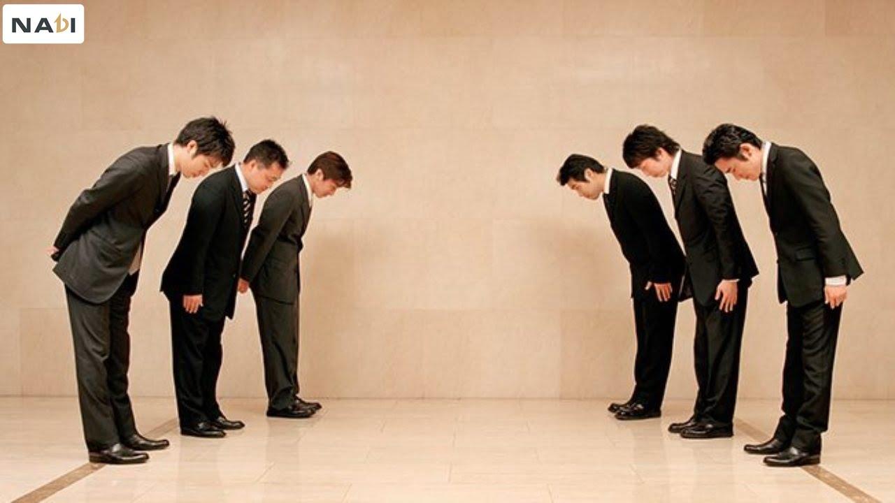 Ở Nhật, sự khiêm tốn được đưa lên hàng đầu trong giáo dục con người. Và cũng là yếu tố quan trọng của các nguyên tắc trong tiếp ở nơi đây.