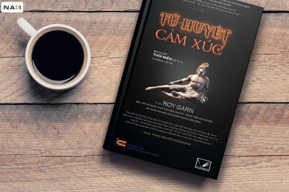 Thiết kế màu đen, tạo sự huyền bí cho cho quyển sách bestseller này!