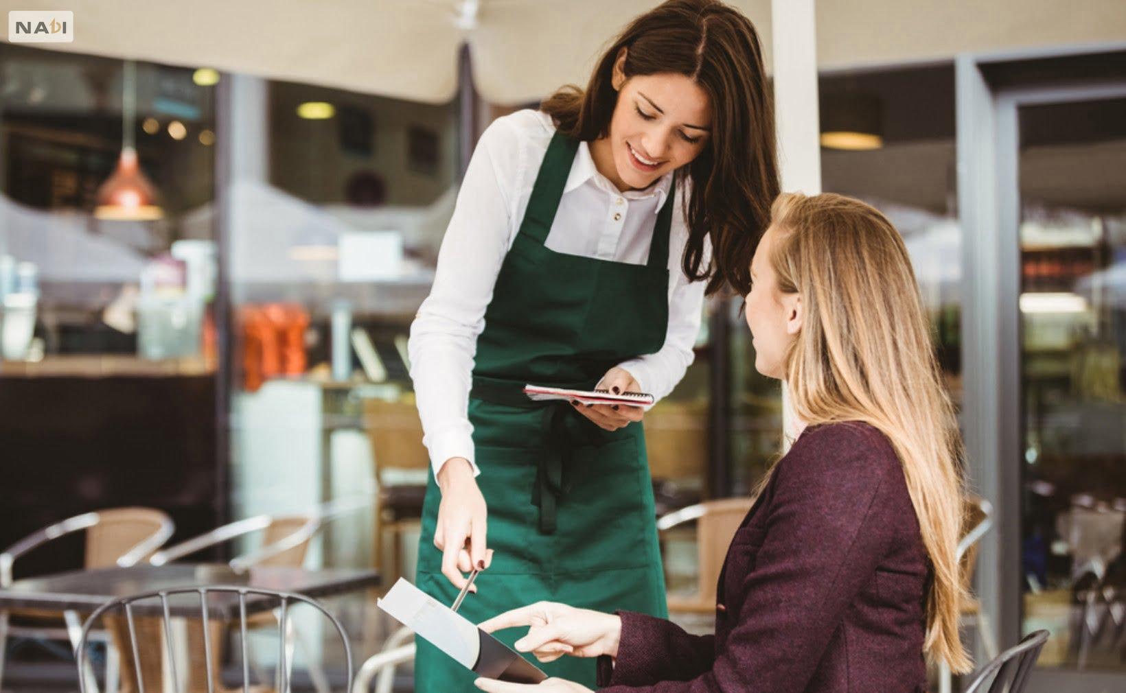 Một cô nhân viên bình thường nói tiếng Anh lưu loát, trông có vẻ thật chuyên nghiệp nhỉ?